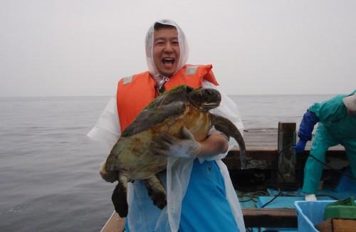 海亀をお姫様抱っこ