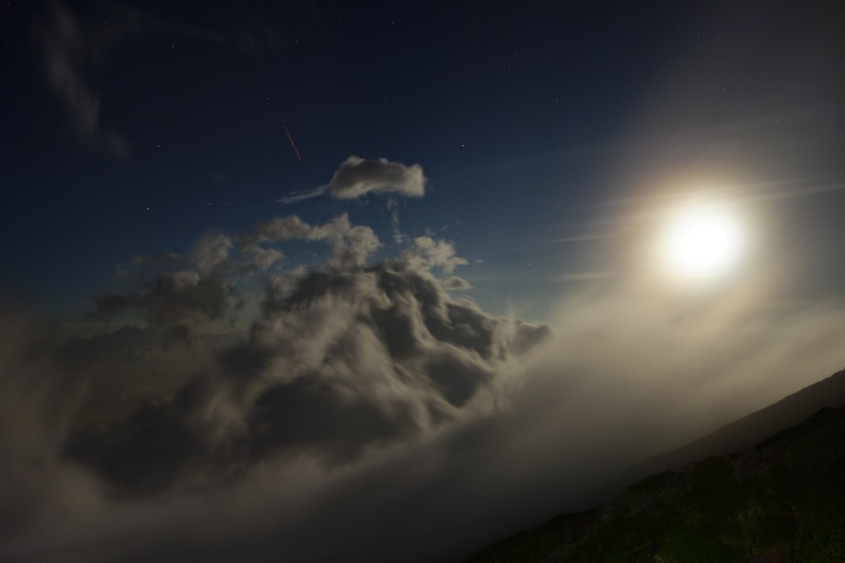 月と流れる雲