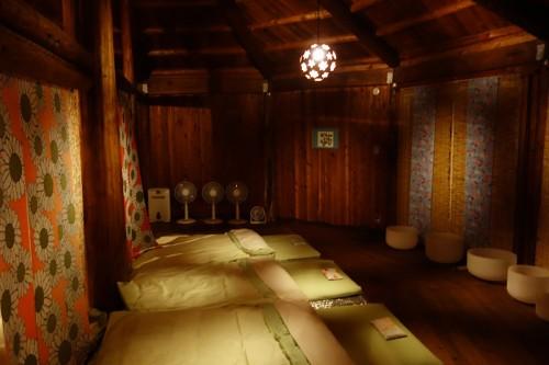 寝室となった部屋(夜)