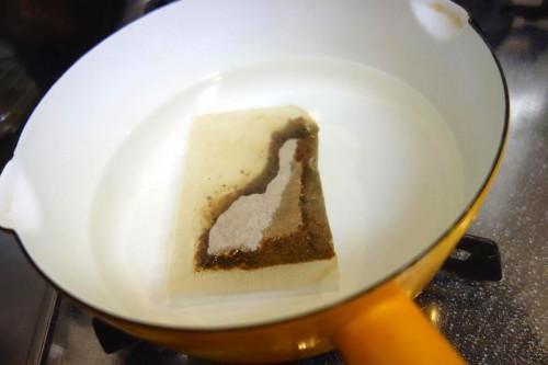 出汁パックを煮ます