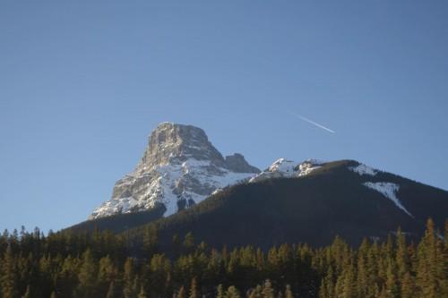 岩山と旅客機