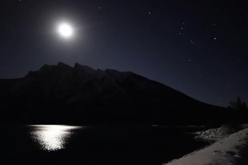水面に映る月明かり