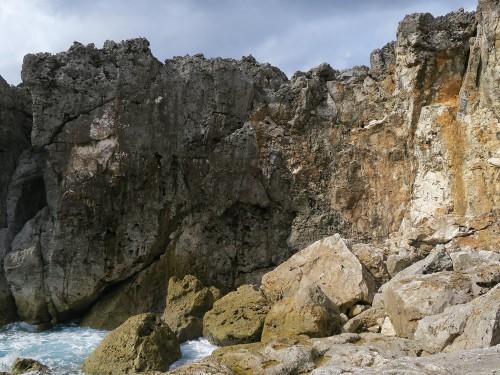 台風で崩れた岩
