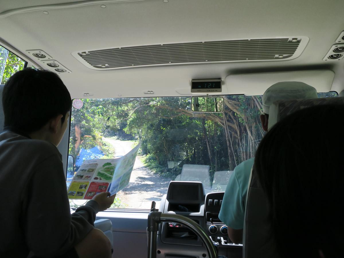 駐車場からバスで移動