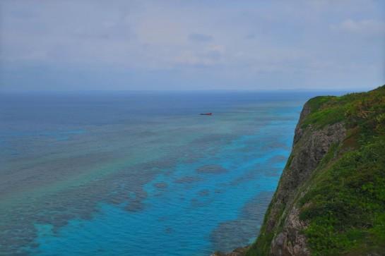 青い海と転覆した船