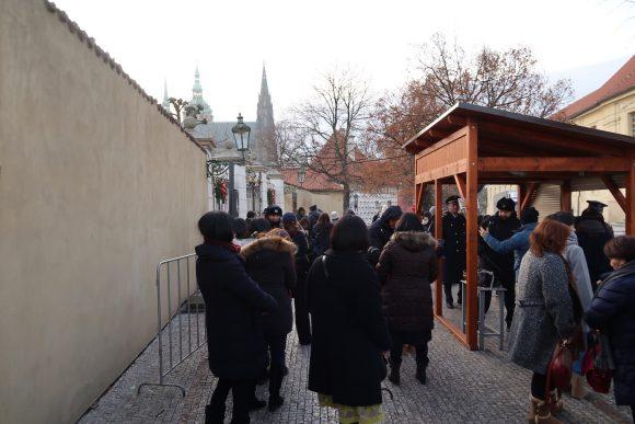プラハ城前は日本人でいっぱい