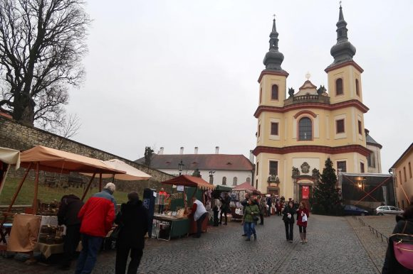 教会の前を通りお城へ