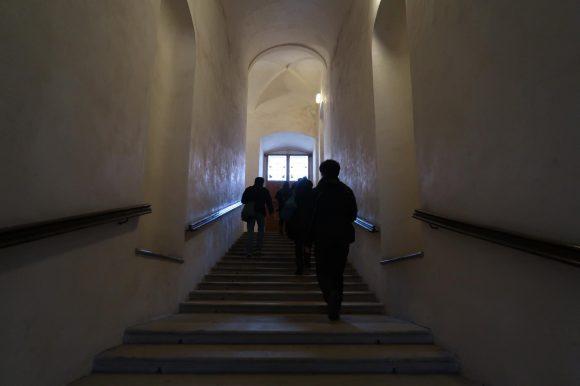 広めの階段を登り二階へ