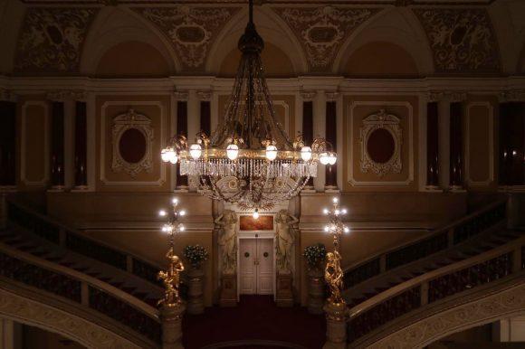 ホールのシャンデリア