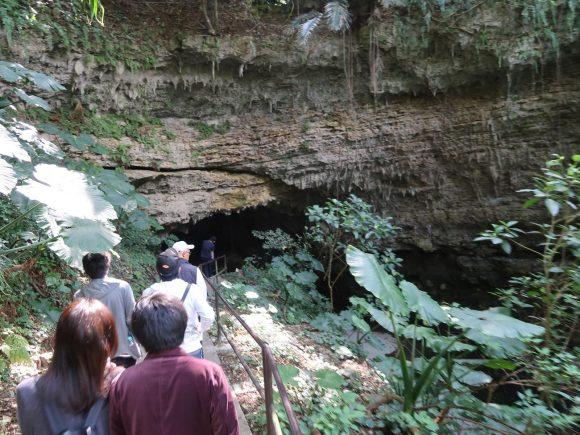 川沿いの洞窟へ