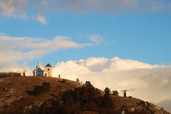 聖なる丘の向こうに雲海
