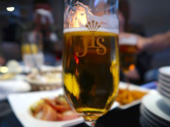 ロゴ入りグラスでビール