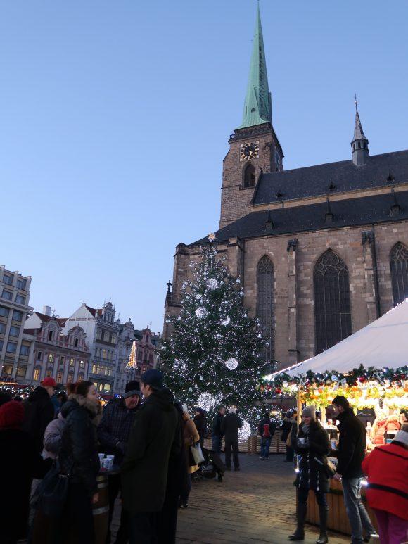 教会とクリスマスツリー