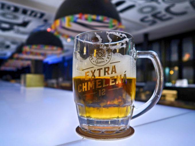 ママシェルターのバーでビール