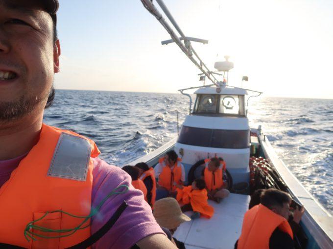 漁船で沖に