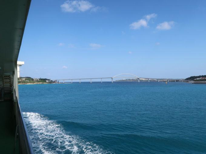 瀬底島の横を通ります。