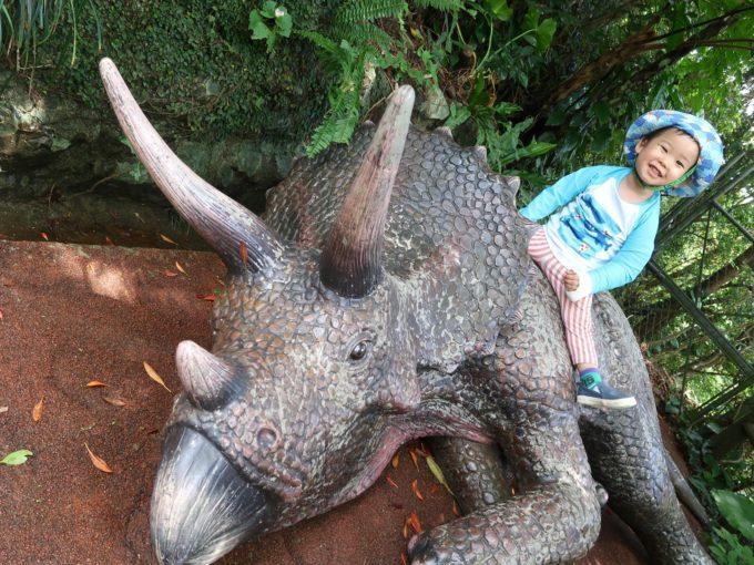 動かない恐竜には強い