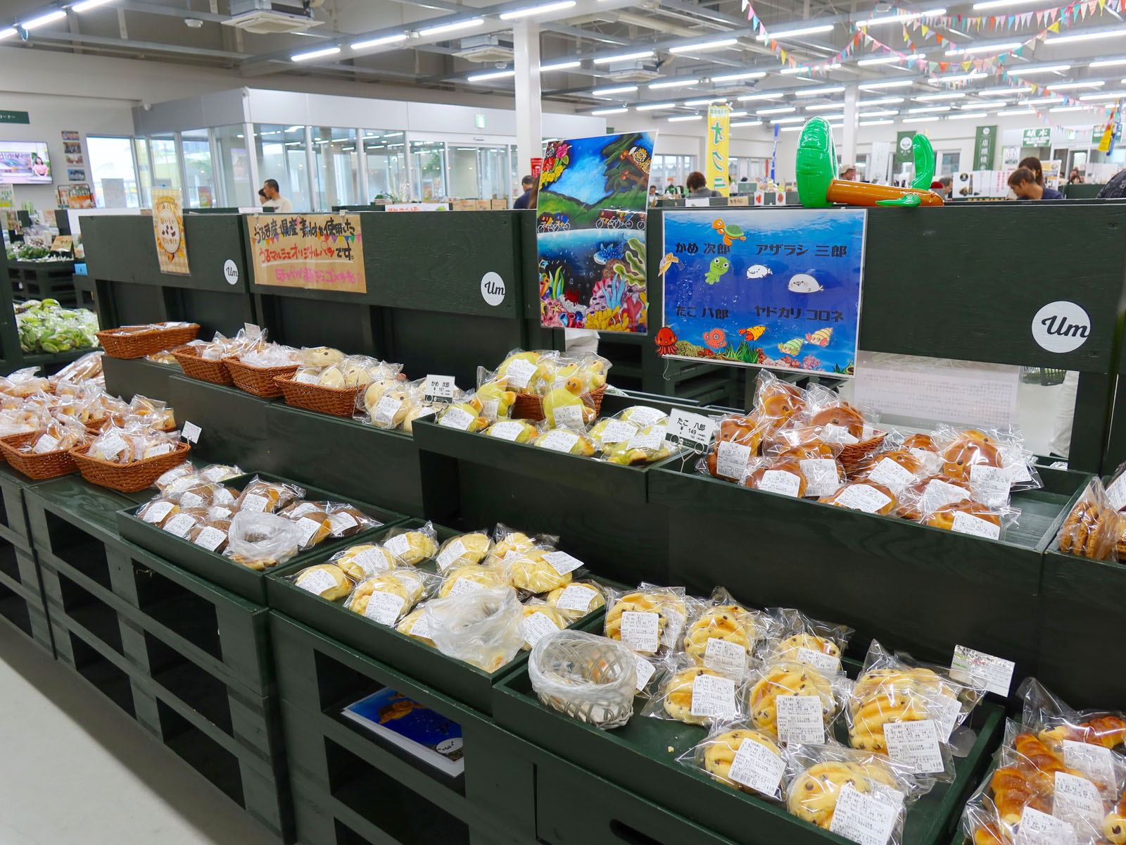 パンもいろいろ売ってます。