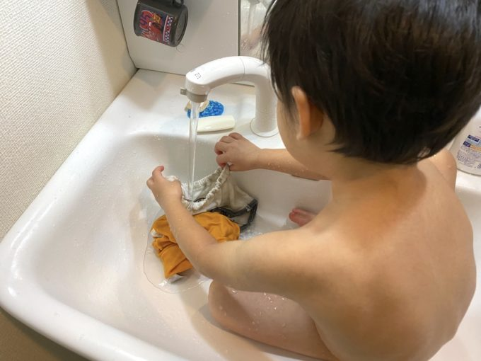 汚した服を洗うお子サマー