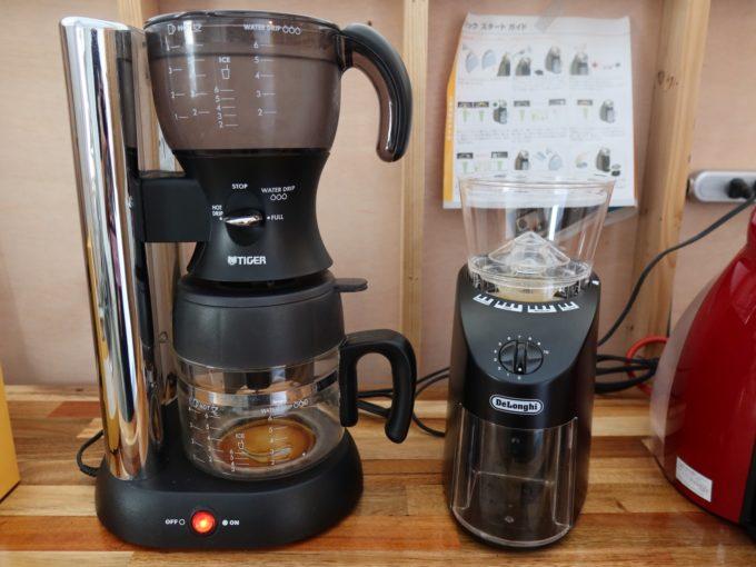 デロンギのコーン式コーヒーグラインダーとタイガーのコーヒーメーカー